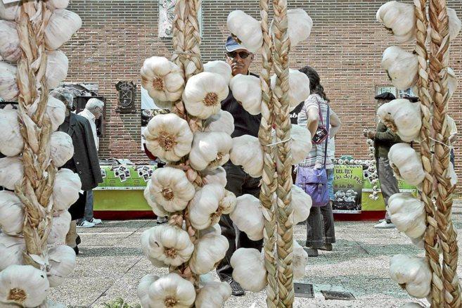 Чеснок сплетенный в косички на рынке