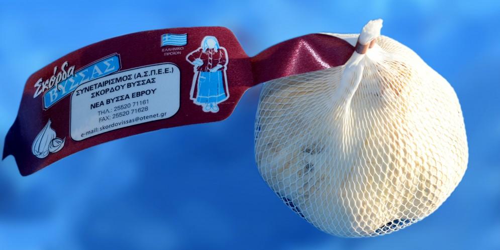 головка чеснока в сеточки с логотипом греческого чесночного кооператива