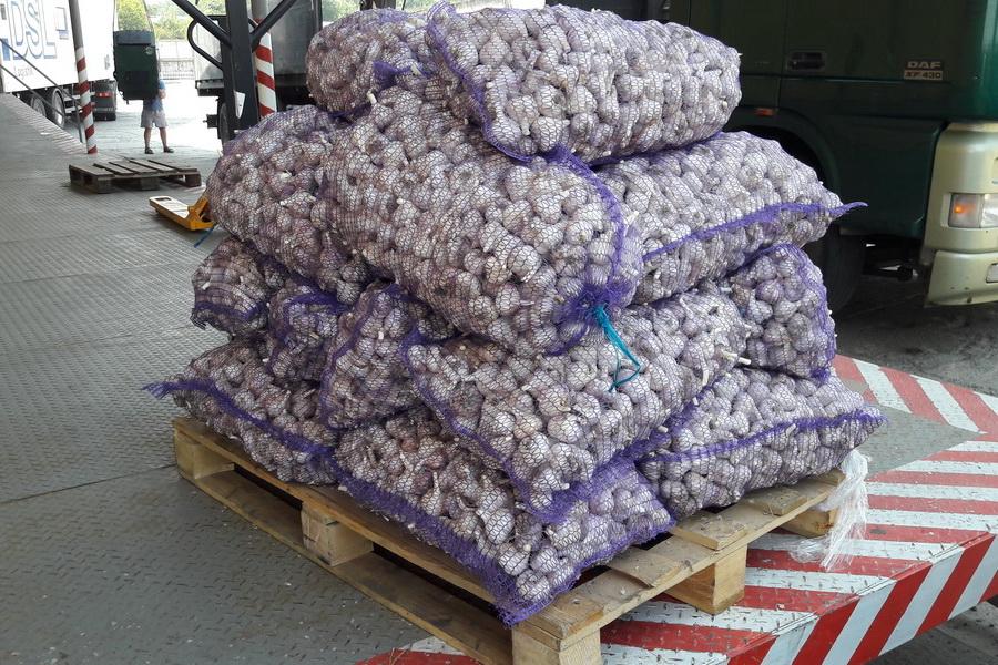 сетки с чесноком сложенные на поддон. Отправка чеснока компанией УкрАп через Новую почту