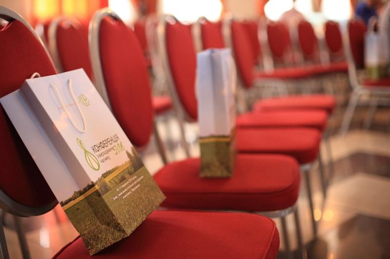 Фирменные пакеты стоят на стульях. На конференции по выращиванию чеснока 2016 УкрАП (UkrUP)