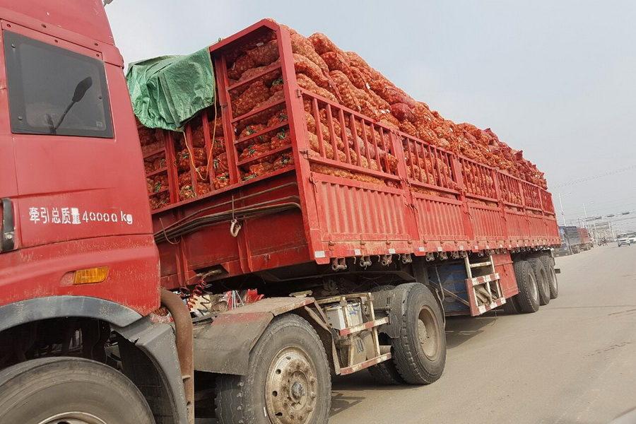 грузовик с чесноком в Китае