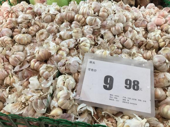 чеснок на прилавке супермаркета в китае с установленной розничной ценой. Декабрь 2016 года