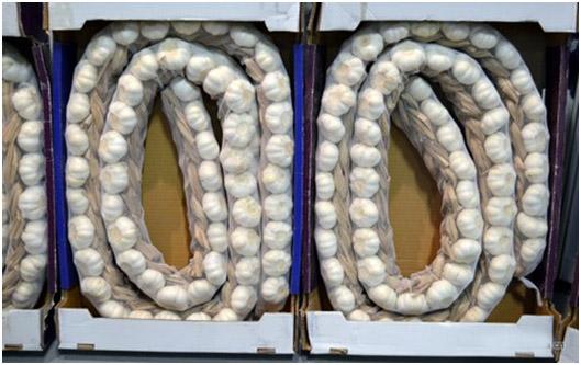 китайский чеснок косами в ящиках